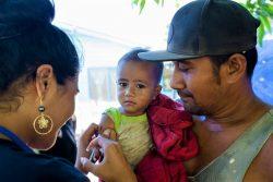 ユニセフが支援する全国予防接種キャンペーンで、はしかの予防接種を受ける1歳の子ども。(フィジー、2019年撮影)