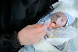 重度の栄養不良にかかり、サヌアの病院で治療を受ける生後4カ月のシュアイブちゃん。(2020年2月5日撮影)