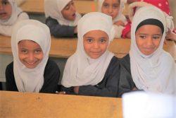 紛争の影響が大きいタイズの学校で、過密状態の仮設教室で授業を受ける女の子たち。(2020年3月23日撮影)
