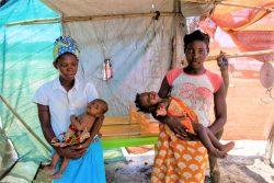 子どもに栄養不良の検査を受けさせるため、Ndjenja避難民キャンプにあるユニセフの保健所を訪れた母親たち。(モザンビーク、2020年2月28日撮影)