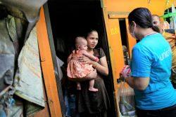 家族の負担を減らし、COVID-19の危機によって子どもが取り残されることのないよう、ユニセフは重要な支援物資の配布に加え、現金給付の増額と児童手当制度への取り組みを訴えている。 (タイ、2020年4月22日撮影)