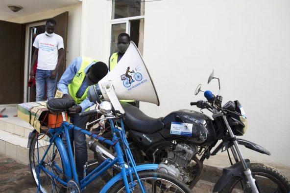 拡声器を取り付けた自転車。「青い自転車メッセンジャー」のロゴが入っている。