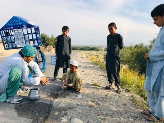 農村部の村々をまわって、男の子に手洗いの仕方を伝えている (アフガニスタン・東部ナンガハール州)