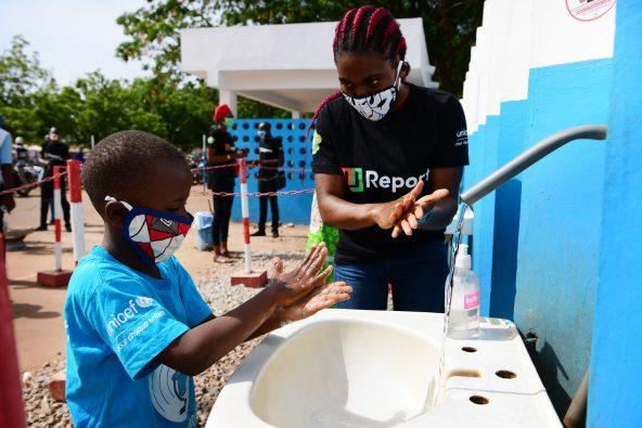 UReporterとして活動する若者が、手洗いの呼びかけを行っている。(コートジボワール北部コロゴ)