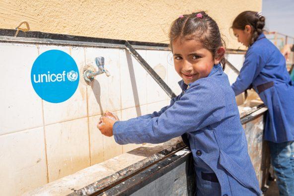 正しい手洗いの仕方を学び実践する女の子。(ヨルダン)