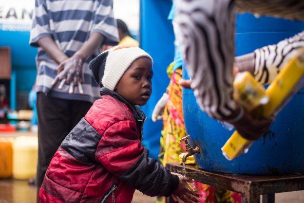 キベラの給水所で正しい手洗いの方法を学び、実践する男の子。(ケニア)