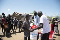 バケツと石けんを受け取る男の子。(南スーダン)