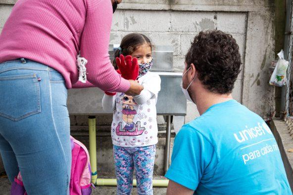 カラカス郊外にある保健所で女の子と話すユニセフのスタッフ (ベネズエラ)