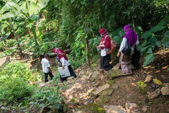 村の家庭訪問をするディシーさんと同僚たち。
