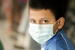 COVID-19感染防止のためマスクを着用する男の子。(エルサルバドル)