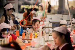 ホーチミン市にある繊維工場で働く女性たち。(ベトナム、2018年5月撮影)