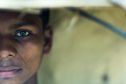 ハイデラバードのブレスレット工場で働いているところを助け出された13歳のダルメーンドラくん(仮名)。(インド、2018年6月撮影)