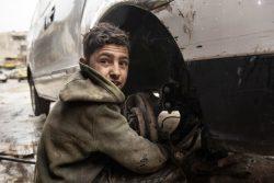 学校を辞め、2年前から自動車整備店で働いている13歳のイマドくん。7人家族の長男で、イマドくんが稼いだお金だけが家族の収入源になっている。(シリア、2020年2月撮影)