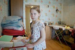 首都ヌルスルタンの自宅で学校の準備をする10歳のリューバさん。家族は社会保障制度の対象だが、さまざまな問題で今だ受けられずにいる。(カザフスタン、2019年5月撮影)