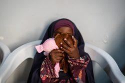 モガディシュにあるソマリアの女性のための開発センターで、おもちゃで遊びながらカウンセリングを待つ女の子。この施設では、性的暴力を受けた経験のある女性や子どもたちの心のケアを行っている。(ソマリア、2020年3撮影)