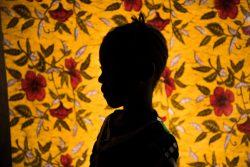 トンコリリ地区の学校で教師から性的虐待を受けた7歳のサレーさん(仮名)。ユニセフの支援でカウンセリングなどを受けている。(シエラレオネ、2019年11月撮影)