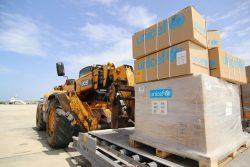 アデンに到着した医療従事者のための個人防護具(PPE)を含む支援物資。(2020年6月6日撮影)