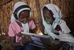 カッサラ郊外の村にあるユニセフが支援する施設で、タブレットを使って課題に取り組む女の子たち。(スーダン、2019年10月撮影)