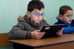 マルチメディアを用いた新しい学習プログラムが、識字率向上や社会的結合の強化に寄与している。(ヨルダン、2019年2月撮影)