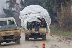 激化する紛争から逃れるため、トラックの荷台に乗ってイドリブ南部からアレッポ北部のアフリーンに避難する家族。(シリア、2020年1月19日撮影)