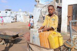 紛争から逃れ難民キャンプで家族と暮らす13歳のモハメッドくん。毎朝タンクに水を汲んでいる。(イエメン、2020年4月7日撮影)