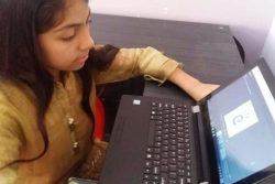 シンド州・ナワーブシャーの自宅でオンライン学習に取り組む10歳のヌールさん。(パキスタン、2020年4月1日撮影)