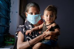 COVID-19によるロックダウンの前に、定期予防接種と検診を受けた赤ちゃんと母親。(インド、2020年6月17日撮影)