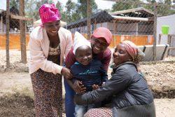 35日間におよぶエボラ出血熱の治療を終え、ブテンボのエボラ治療センターの前で家族に抱きしめられる6歳のネリーくん。(2019年10月撮影)