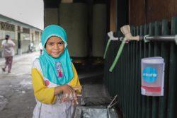 ジャカルタにあるムスリムのための孤児院で、学校で習った歌に合わせた正しい手洗いを実践する7歳の女の子。(インドネシア、2020年5月撮影)
