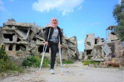 紛争で荒廃したホムスの町に立つ16歳のヌールさん。(2020年2月撮影)