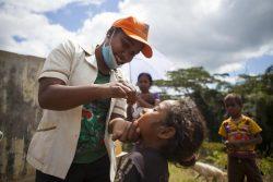 予防接種を受ける子どもたち。ユニセフは6月26日までの過去1週間にアフガニスタンを含む32カ国へワクチンを届けた。