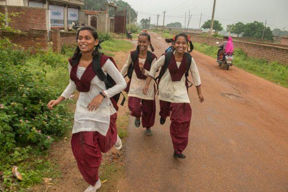 左から、クスマ・クマリ さん(15歳)、プリヤンシ・クマリさん(13歳)、バルカ・クマリさん(14歳)。インド中部ジャールカンド州のランチのカンケ地区にあるピラ公立学校に行く途中。