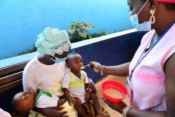 サン・ペドロの保健所で、栄養不良に苦しむ子どもに食べさせるおかゆの作り方を母親に教える看護師。(コートジボワール、2020年5月14日撮影)