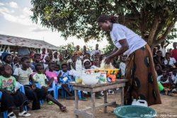 子どもの栄養不良防止のため、地域の人たちに市場で入手できる食材を使った健康的な食事の作り方を教える様子。(コンゴ民主共和国、2019年9月撮影)