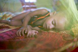 コックスバザールのクトゥパロン難民キャンプで、重度の急性栄養不良の治療を受け回復しつつある2歳のジュビルちゃん。(バングラデシュ、2019年6月撮影)