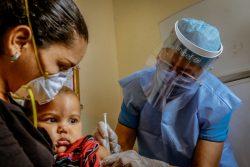 ボリバル州のユニセフが支援する保健所で、予防接種を受ける1歳のマルセロちゃん。(ベネズエラ、2020年7月2日撮影)