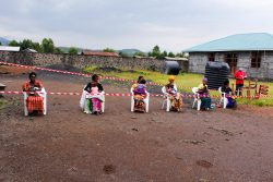 ユニセフが支援するはしかの予防接種キャンペーンで、距離を保ちながら順番を待つ母親と子どもたち。(コンゴ民主共和国、2020年4月撮影)