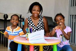 アビジャンの自宅で母親と一緒に絵を描くクレアちゃん(4歳)とポールちゃん(3歳)。(コートジボワール、2020年4月撮影)