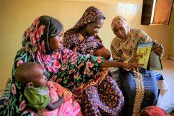 エル・ファーシルの栄養不良の子どもたちのためのセンターで、母乳育児や栄養ある食事、保健衛生の大切さについて、カウンセラーから話を聞く重度の栄養不良の子どもを持つ母親たち。(スーダン、2019年11月撮影)