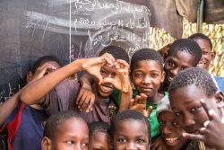 首都ヌアクショットでカメラに笑顔を見せる男の子たち。(モーリタニア、2020年7月15日撮影)