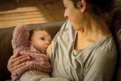 サン・ホセ県の農村部にある自宅で、生後8カ月のクララちゃんに母乳を与える母親。(ウルグアイ、2019年7月撮影)