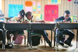 ハリケーン「イルマ」の被害を受け、バーブーダ島のコドリントンに新しくできた学校で勉強をする子どもたち。(アンティグア・バーブーダ、2019年11月撮影)