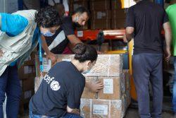 被害を受けた港の倉庫に保管されていたワクチンを運び出すユニセフのスタッフ。(2020年8月6日撮影)