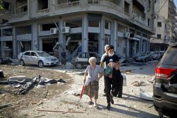被害を受けたベイルートの町から避難する人たち。(2020年8月5日撮影)