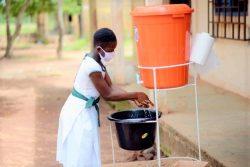 休み時間が終わり教室に戻る前に手を洗う女の子。(ガーナ、2020年7月22日撮影)
