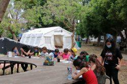 ユニセフは大規模爆発の影響を受ける子どもたちとその家族に、心理社会的支援を提供している。