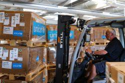 コペンハーゲンのユニセフ物資供給センターで、ベイルートに届ける医療従事者のための個人用防護具を含む支援物資を準備する様子。(デンマーク、2020年8月8日撮影)
