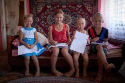 児童養護施設で学んでいたが、COVID-19の制限により自宅に戻ってきた4姉妹。今は定期的にソーシャルワーカーと面会し、家族が新しい生活様式に慣れるための支援を受けている。(ウクライナ、2020年8月6日撮影)