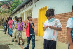 カラカス郊外にあるユニセフが支援する保護センターで、マスクをつけてレクリエーション活動に取り組む子どもたち。(ベネズエラ、2020年6月撮影)