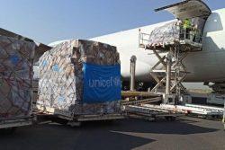 サヌア空港に到着した医療物資。